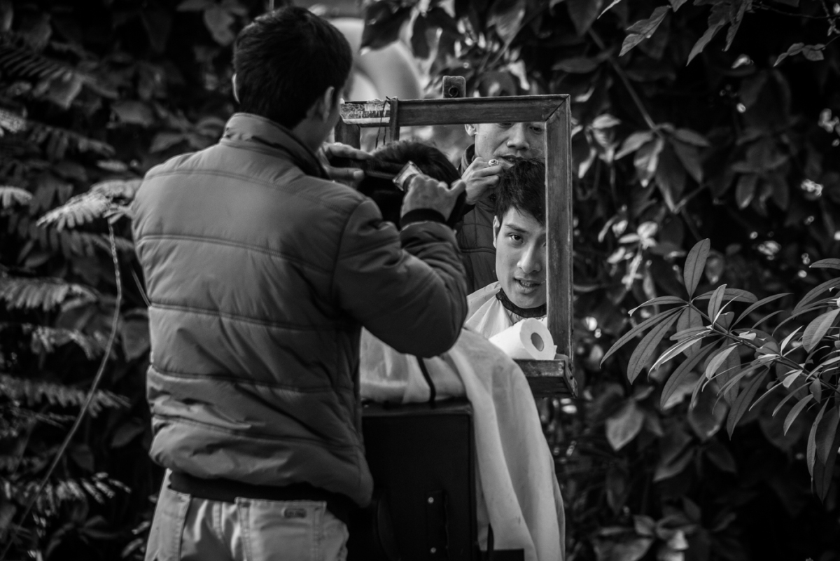 Mirrors of the past - Hanoian Outdoor Barbers