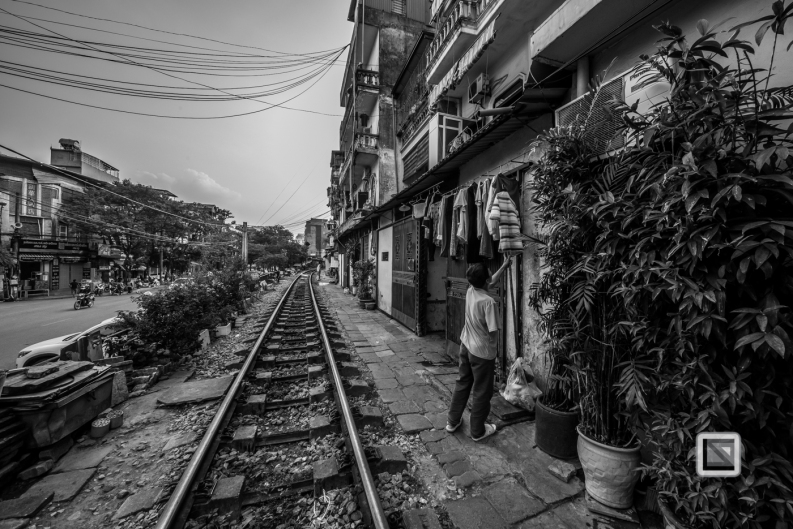 vietnam-hanoi-train_tracks-10