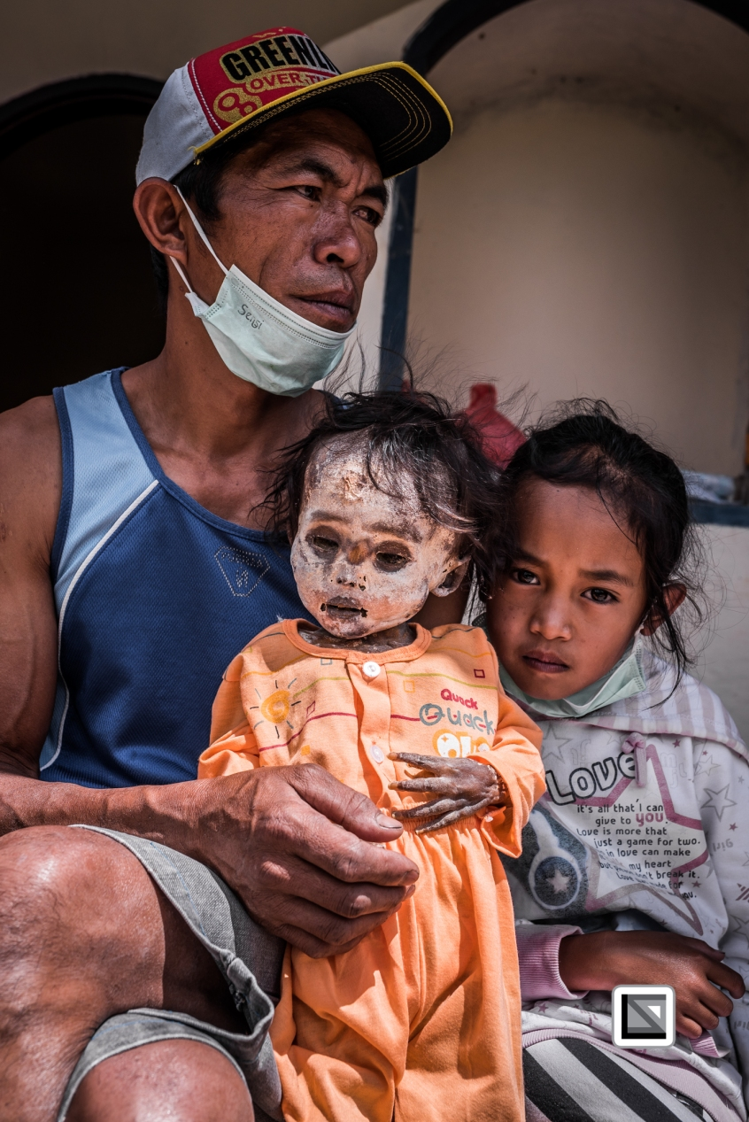 Indonesia-Toraja-Panggala-Balle_Manene-father_Andreas_with_daughter_Clara_and_dead_daughter_Arel_2010_6years-1