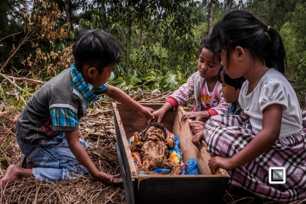 Indonesia-Toraja-Panggala_Manene-nameless_female_baby_Lai_2007_6months_old_with_cousins-22-2