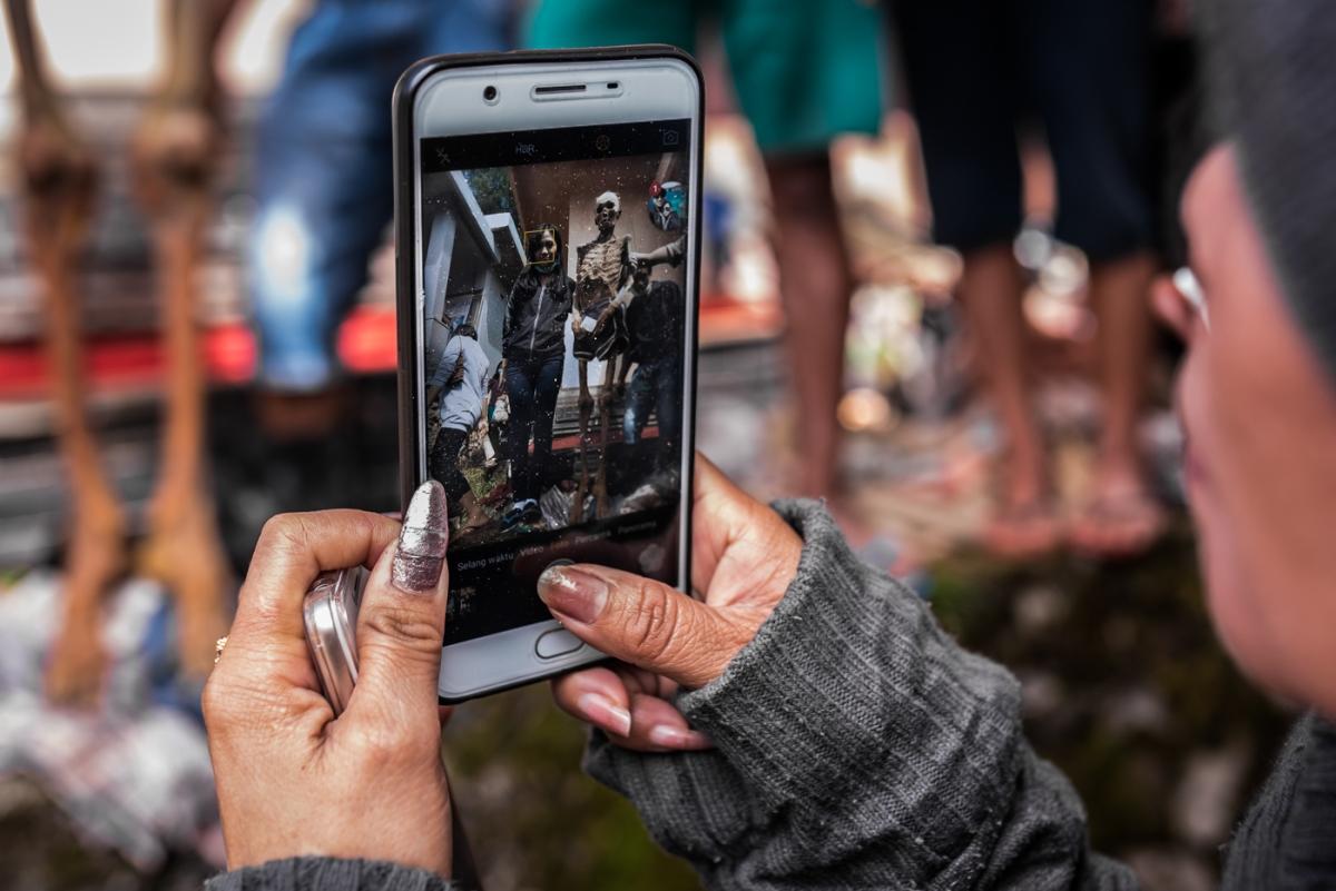 Torajas bizarre heritage - Ma'Nene - Selfies