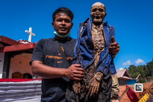 Indonesia-Toraja-Panggala_Manene-Tandi_2000_and_grandson_Angga_Angga-3